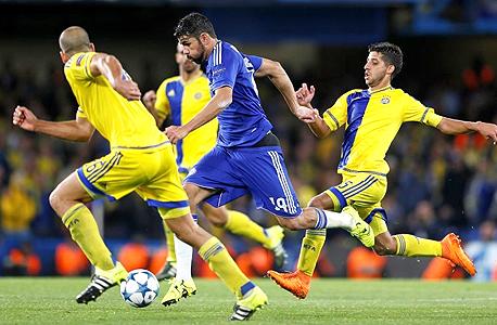 דייגו קוסטה נגד שלושה שחקנים של מכבי תל אביב. כולם ביחד לא שווים כמוהו, צילום: רויטרס