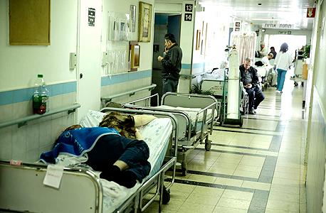 צפיפות בבת החולים. קיימת ירידה של 45% במספר מיטות האשפוז לנפש מאז 1977