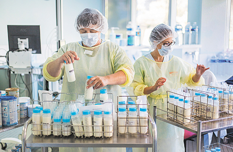 חלוקת חלב אם לתינוקות מאושפזים בבית חולים בבורדו, צרפת. כל דולר שבית חולים מוציא על חלב אם חוסך 11 דולר בהוצאות רפואיות