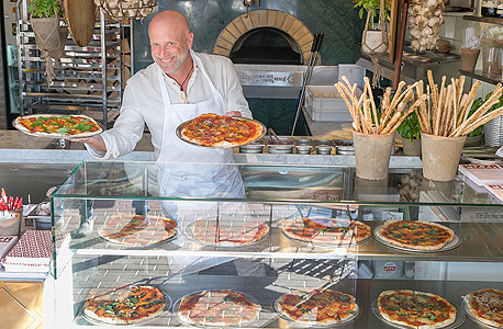 """עשת במסעדה החדשה שנקראת בפשטות """"פיצה"""". """"במקור אני צלם"""""""