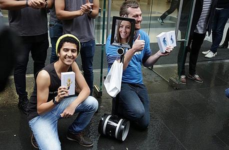 """לקוחות בסידני עם האייפון 6S. """"מכירות פנומנליות"""""""