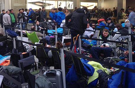 ממתינים מחוץ לחנות אפל בגרמניה