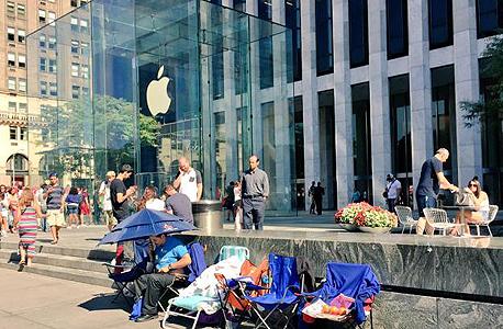 ממתינים מחוץ לחנות אפל בניו יורק