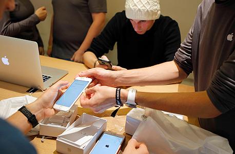 רוכשים בחנות אפל בצרפת, צילום: איי פי