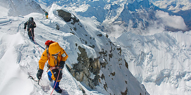 נפאל תאסור על מבוגרים ועל חסרי נסיון לטפס על האוורסט