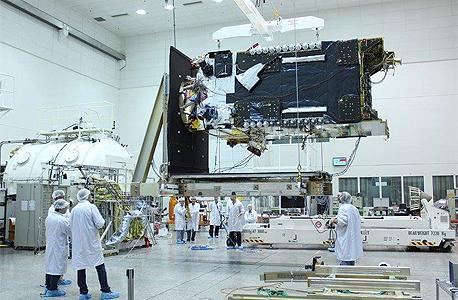 לוויין עמוס 6 בעת העבודות בתעשייה האווירית