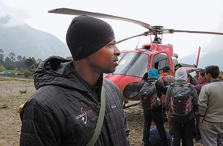 """חסן אנדרסן, פרמדיק של גלובל רסקיו, בפעולת חילוץ בנפאל. """"שוכב לו שם בחור, ורק משום שהוא לא יכול להרשות לעצמו את הטיפול, נחרץ גורלו למות"""""""