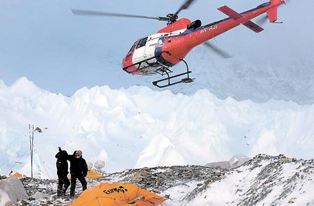 מסוק חילוץ ממריא עם פצועים ממחנה הבסיס באוורסט. הבחירה מי יעלה על הטיסות התנהלה באופן רחוק ממדעי, בעיקר על פי קשרים אישיים
