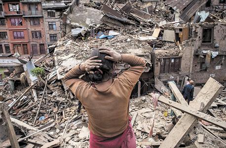 הריסות רעידת האדמה בבקטאפור. חברות החילוץ הפרטיות משתדלות לעזור גם למקומיים כשמתאפשר להן, אבל המודל העסקי שלהן מבוסס על אספקת סחורות ושירותים קודם כל ללקוחות