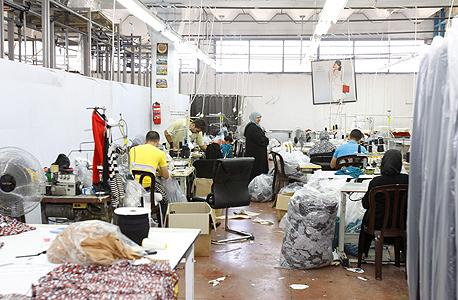 עובדים פלסטינים במתפרת בגדים באזור התעשייה ברקן. 14 אזורי תעשייה בגדה