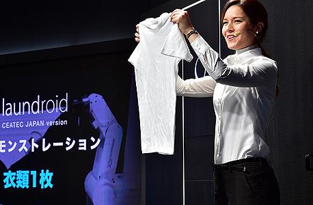 נציגת החברה מציגה את החולצה לפני הקיפול, צילום: Seven Dreamers Laboratories