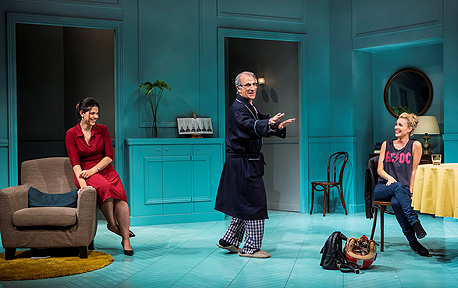 מתוך ההצגה. הקהל הולך לאיבוד עם הדמות הראשית מוכת הדמנציה, צילום: כפיר בולוטין