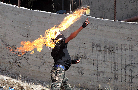 פלסטיני זורק בקבוק תבערה על כוחות ישראלים בבית עומר ליד חברון
