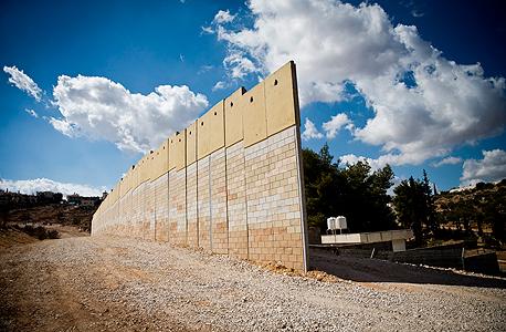 בניית גדר ההפרדה בשערי תקווה , צילום: טל שחר