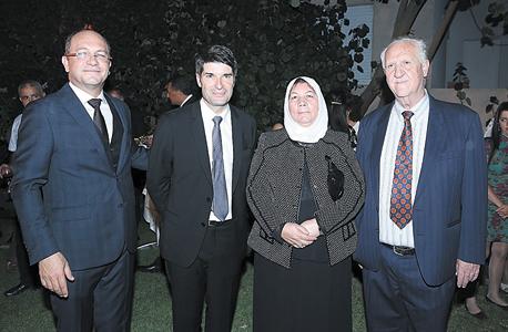 מסלמני עם הוריו חאדר ונייפה והשגריר פטריק מזונאב בטקס ביום חמישי, צילום: רפי דלויה