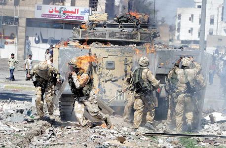 """חיילים בזירת פיגוע בעיר בצרה בעיראק. """"קיבלנו פידבק מהכוחות שהמערכת הגבירה דרמטית את היכולת שלהם להגיע לבית הנכון בזמן הנכון"""", צילום: רויטרס"""