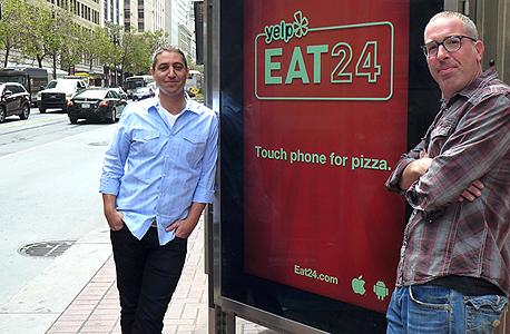 """שרון (משמאל) ואייזנשטיין ליד פרסומת חוצות של החברה בסן פרנסיסקו. שרון: """"מכרנו ל־Yelp כי הם לא דרשו שנמכור את הנשמה"""""""