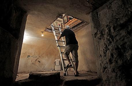 """הירידה למקווה. """"הידיעה שלפני 2,000 שנה חיה משפחה בבית הזה היא בעלת עוצמה רבה. , צילום: עמית שעל"""