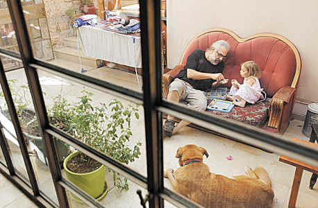 טל ובתו על הספה בחצר, צילום: עמית שעל