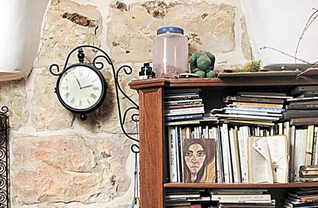 """פינת העבודה. """"לבית כזה לא נכון להכניס חומר חדש"""", אומרת אוריה, צילום: עמית שעל"""