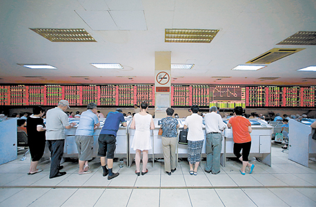 מסכים אדומים בסין. הנפילות שולחות את המשקיעים לחפש אלטרנטיבות בטוחות יותר לכספם