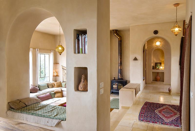 הבית של ענבל ונעם בחרשים. חשיבה מעמיקה על עובי הקירות וכיווני האוויר