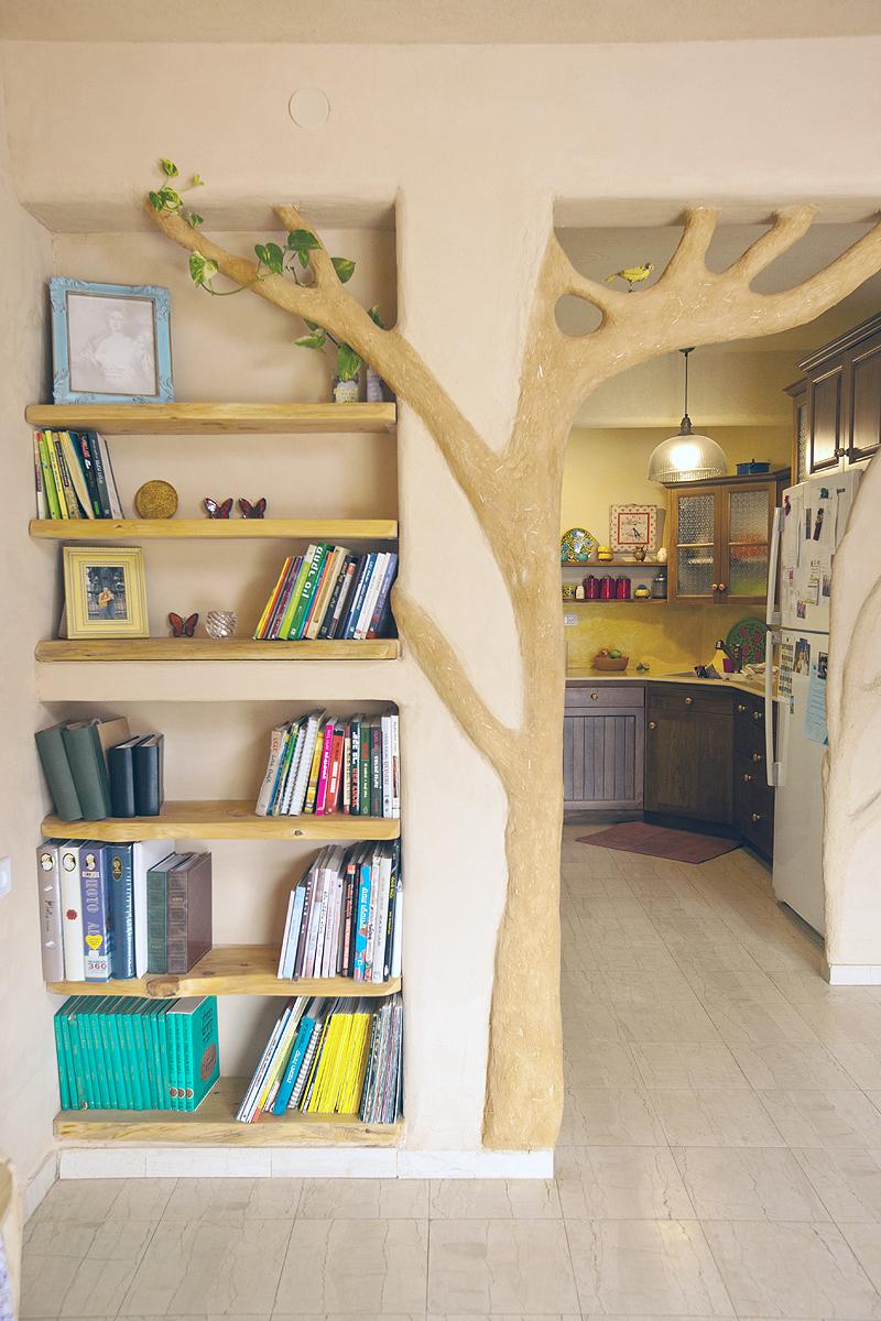 """""""עץ"""" עשוי בוץ וקש בביתה של אתי שלמה בלפיד. """"רציתי להיכנס לבית ולהרגיש מקום חם ועוטף"""