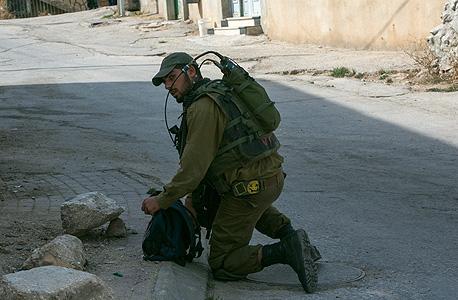 """חייל צה""""ל ב חברון טרור איתיפאדה, צילום: אוהד צויגנברג"""