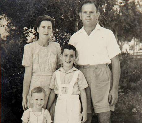 1948. צבי סטפק בן השנתיים עם אמו אסתר, אביו פנחס ואחיו ידעאל (8), תל אביב