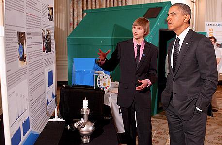 """מציג את גלאי הקרינה שלו לאובמה, בפברואר 2012. """"אנחנו הילדים לא לוקים בידע קודם כמו המבוגרים"""""""