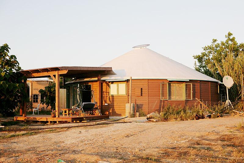 """אוהל מונגולי של חברת יוּרטיים. גל קורן: היום בונים יורטים מחומרים קשיחים, עם ממ""""ד וכל מה שדורשות הרשויות. בניית יורט של 120 מ""""ר, עם כל השדרוגים והתוספות, עולה 400 אלף שקל. בנייה קונבנציונלית על אותו שטח תגיע למיליון שקל"""""""
