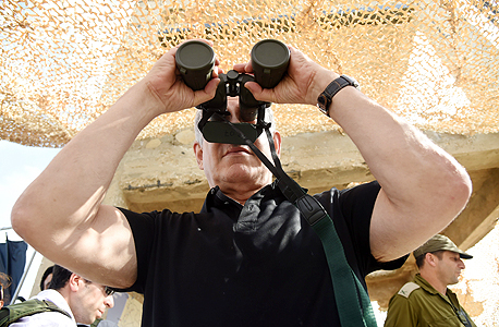 בנימין נתניהו משקיף עם משקפת שכיסויי העדשה לא הוסרו ממנה, צילום: חיים הורנשטיין