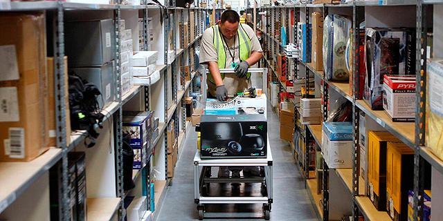 מחסן הפצה של אמזון, עובדים מתלוננים על תנאי ההעסקה, החברה מנסה להשקיע בהטבות, צילום: בלומברג