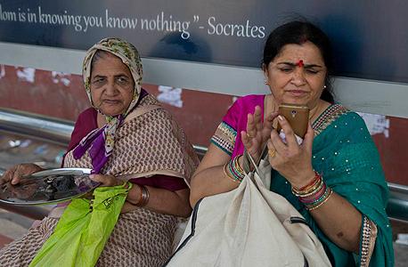 נשים משתמשות בסלולר בהודו
