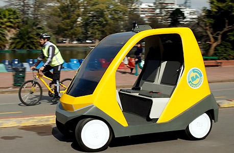 דגם אבטיפוס של מכונית עצמאית נוסע ברחובות בירת ארגנטינה בואנוס איירס, באוגוסט השנה. גם ענקיות הטכנולוגיה וגם יצרניות הרכב עובדות על פיתוח מכוניות ללא נהג