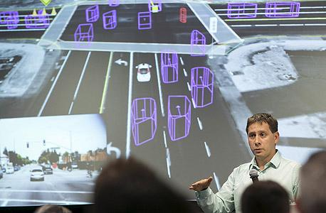 הדמיית וידיאו של ניתוח תנאי הדרך על ידי המכונית של גוגל, מוצגת לעיתונאים בספטמבר במטה גוגל. כמה כתבים תיארו את נסיעת המבחן כבטוחה עד שעמום