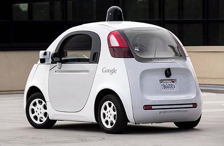 """המכונית העצמאית של גוגל בעת מבחן נהיגה בספטמבר. ווקר־סמית: """"אם המכונית צריכה להחליט לעתים קרובות את מי לדרוס, כנראה שהיא פשוט נוסעת מהר מדי"""""""