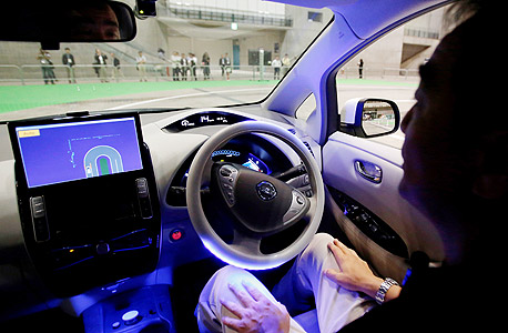 """הדגמת גרסה ראשונית של מערכת """"הנהג האוטונומי"""", במכונית ניסאן Leaf, טוקיו 2013."""