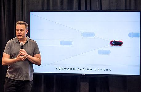 """אלון מאסק מציג את טכנולוגיית """"הטייס האוטומטי"""" ברכבי טסלה, החודש. ווקר־סמית: """"כל עוד האדם יוכל לנהוג בעצמו ייווצר בלבול משפטי"""""""
