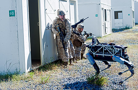 חיילי מארינס מתאמנים עם רובוט לחימה של בוסטון דיינאמיקס