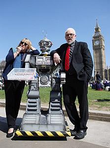 שארקי עם כלת פרס נובל לשלום ג'ודי וויליאמס, מוחה נגד פיתוח רובוטי קרב עצמאיים