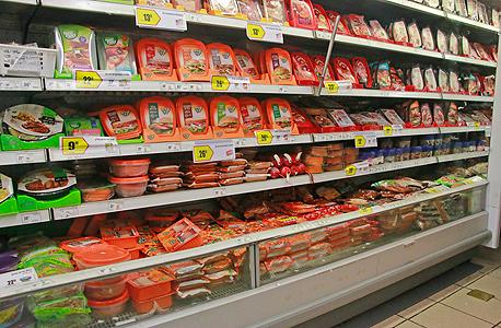 מדפי בשר מעובד בסופרמרקט נקניקים נקניקיות שניצלים, צילום: דנה קופל