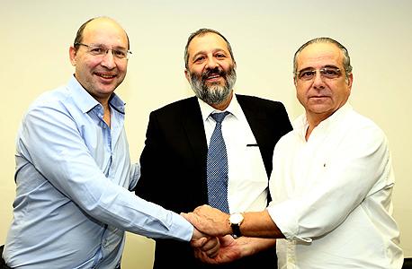 מימין שרגא ברוש אריה דרעי אבי ניסנקורן הסכם על הוספת ימי חופשה, צילום: ישראל סאן