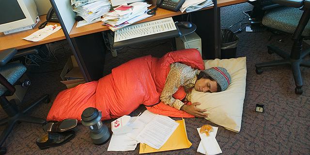 """שינה במשרד. """"לא צריך לזקוף לרעתו של העובד אם יש לו 20 דקות הפסקה והוא מנצל אותן לתנומה"""", צילום: שאטרסטוק"""