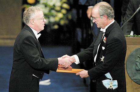 אקרלוף מקבל את פרס הנובל ממלך שבדיה ב-2001