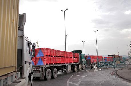 טור המשאיות במסוף מעבר נהר הירדן. מלחמות ומשברים באזור אחד נהפכים לחלון הזדמנויות ומנוע צמיחה במקום אחר