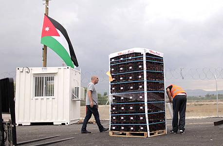 """ארגזי תפוחים שהגיעו למסוף מיוון דרך חיפה. """"רוב האנשים פשוט לא מודעים לאפשרות הזאת. הם לא יודעים שחיפה מקושרת לירדן"""""""