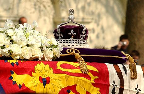 כתר משובץ היהלום ארון הקבורה של המלכה האם מוצג לונדון, צילום: גטי אימג'ס