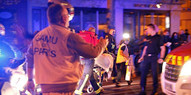 כוחות הצלה ומשטרה ליד זירת הפיגוע בתיאטרון שבו בוצע הטבח, צילום: איי פי