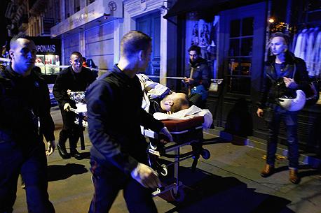 פינוי פצועים בפריז